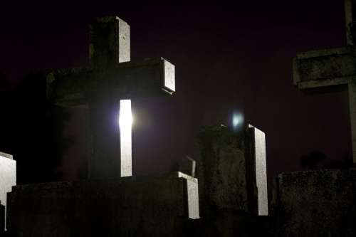 Nocturna en cementerio