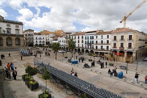 Plaza Mayor de Cáceres a la izquierda