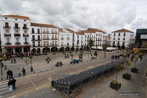 Plaza Mayor de Cáceres a la derecha