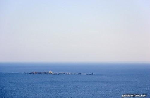 Un faro solito en el mar