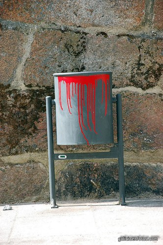 Papelera con graffiti