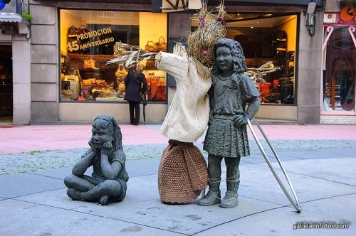 Espantapájaros y estatuas