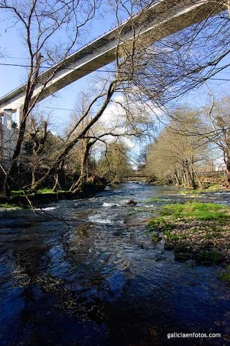 Viaducto, cable y río