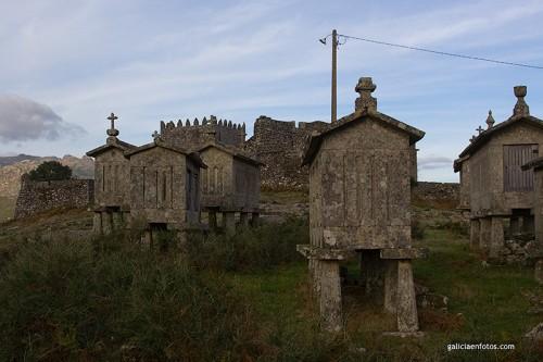 Castillo y hórreo