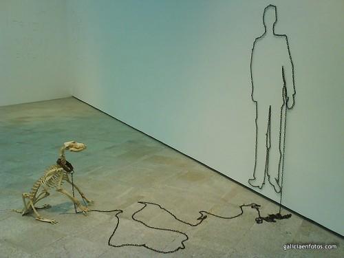 Perro en los huesos