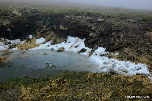 Nieve y charco helado en Manzaneda